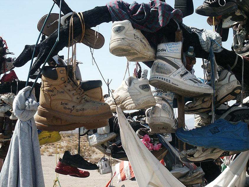 Alte Schuhe mit persönlichen Botschaften