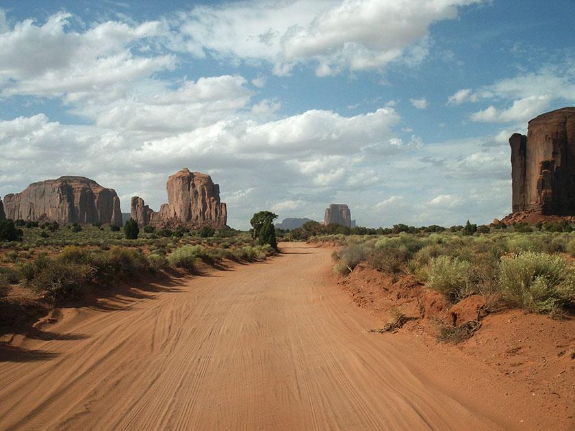 Fahren im Monument Valley ist eine staubige Angelegenheit