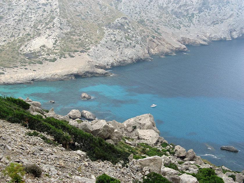 Einer der vielen Buchten Mallorcas. Das Wasser ist tatsächlich so blau.