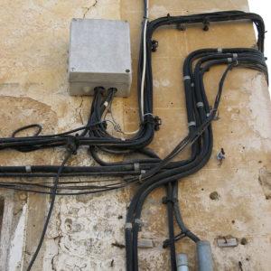 Auch typisch: Bei den alten Häusern liegen die Verkabelungen außen.