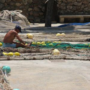 Ein Fischer beim Flicken der Netze (Cala Figuera)