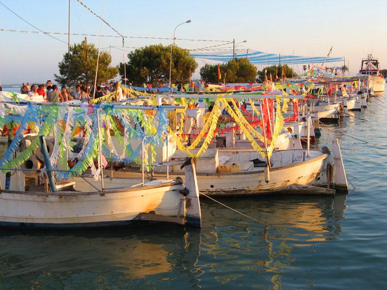Geschmückte Boote beim Fest des heiligen Petrus im Port d'Alcudia.