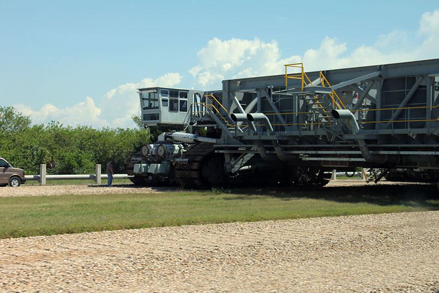 John F. Kennedy Space Center - Ein Crawler auf Leerfahrt