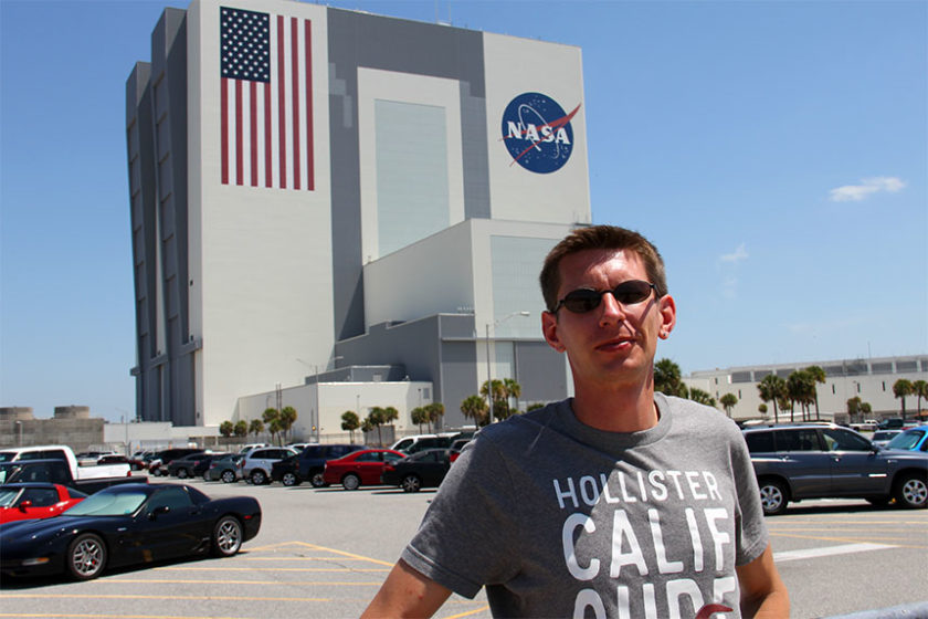 John F. Kennedy Space Center - Gunnar vor der Garage des Shuttles