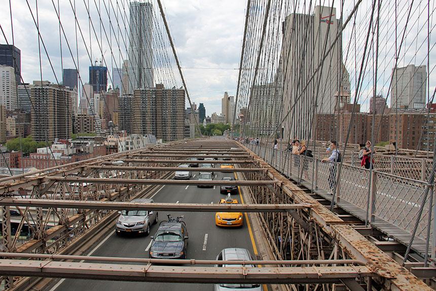 Die Fahrspuren der Brooklyn Bridge