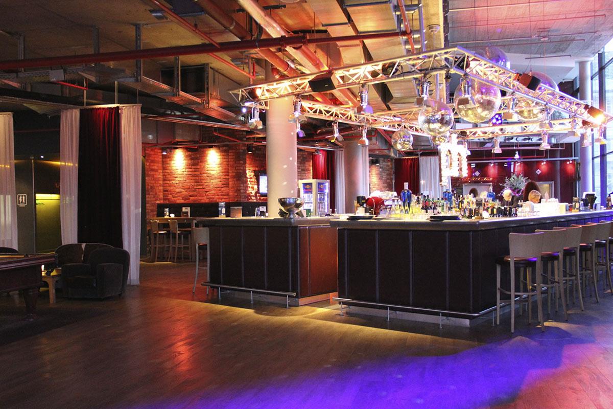 Rezeption und Bar in der großzügigen Lobby