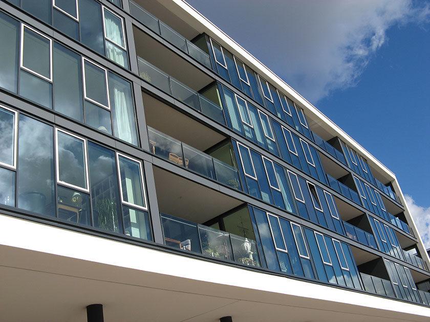 Eines der neuen Wohngebäude mit unverbaubarem Blick auf den Hafen