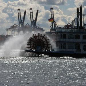 Ganz typisch für Hamburg: Raddampfer