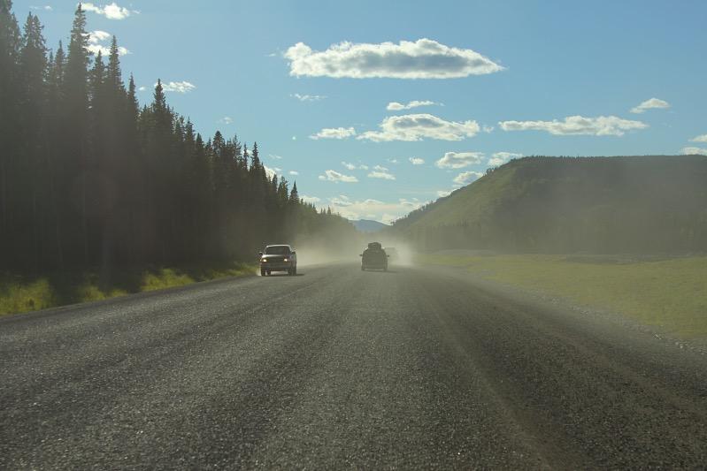 Alaska Highway - Teilweise viel loser Split und Staub auf der Straße