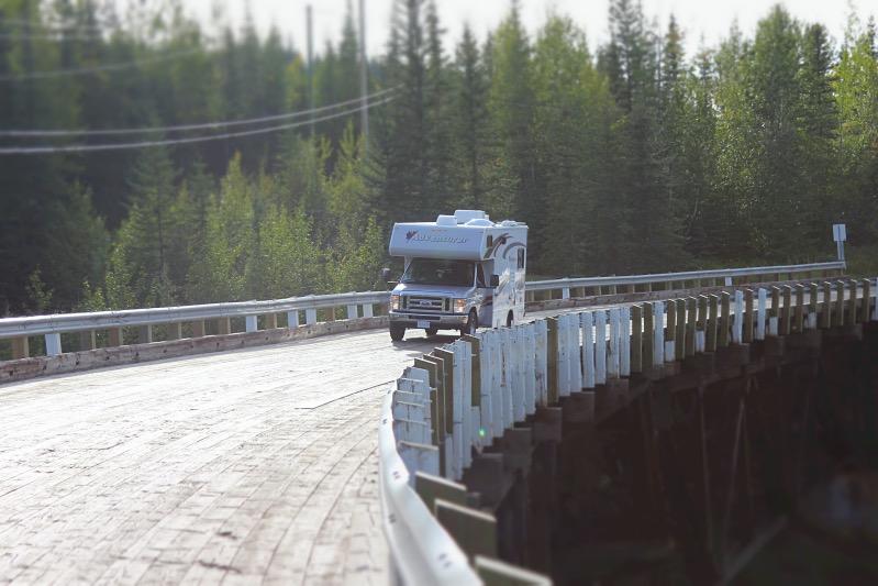 Gebogene Holzbrücke am Kiskatinaw Campground