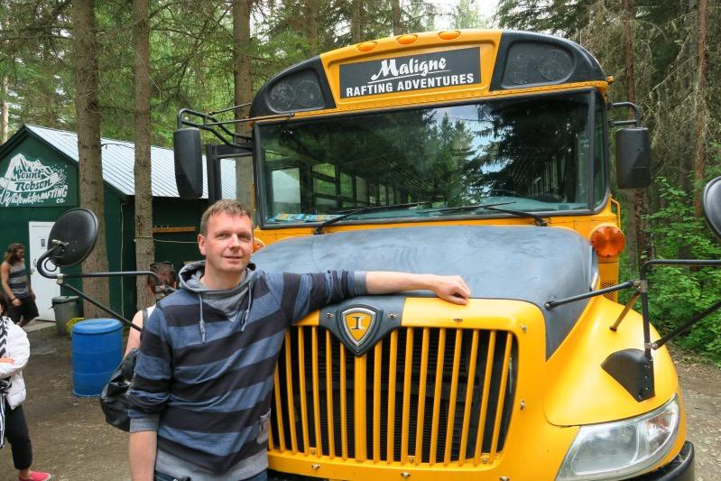 Holger nach dem Raften vor unserem Schoolbus