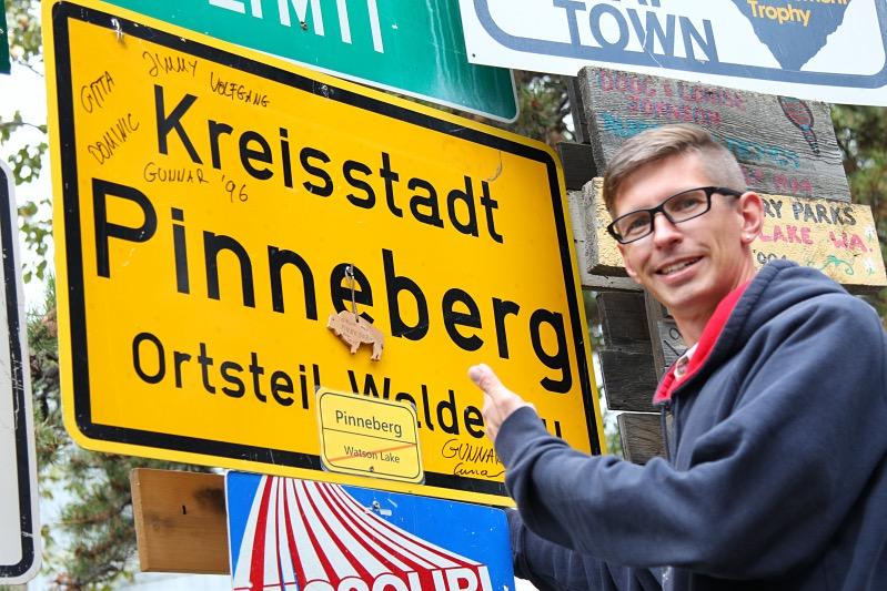 Gunnar im Sign Post Forrest, mit dem 19 Jahre alten Schild