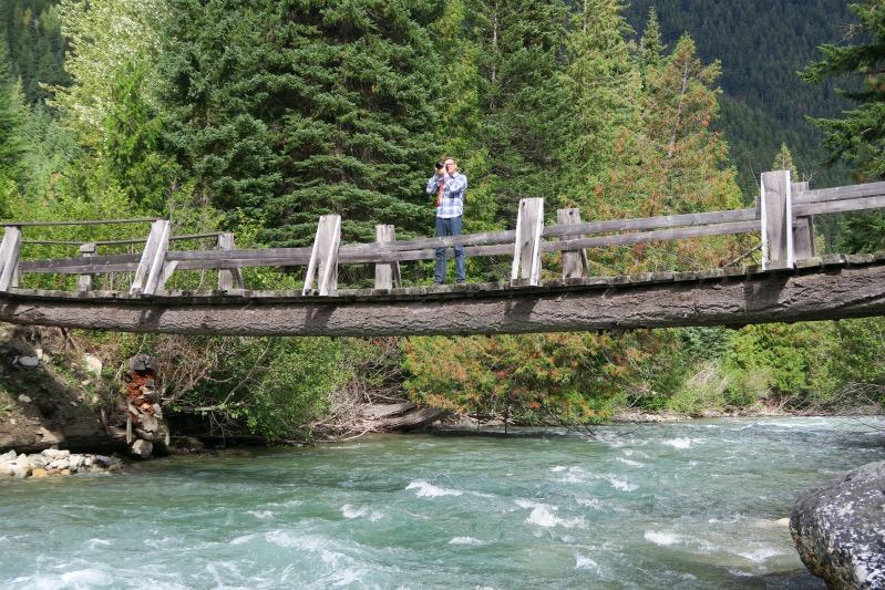 Holger ganz mutig auf einer hölzernen Brücke