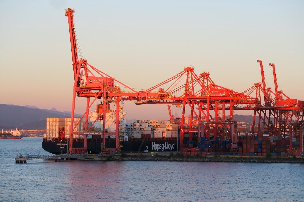 Der Hafen von Vancouver in der Dämmerung