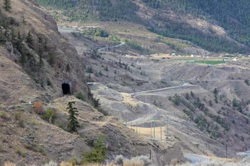 Straße und Bahn schlängeln sich am Berg entlang