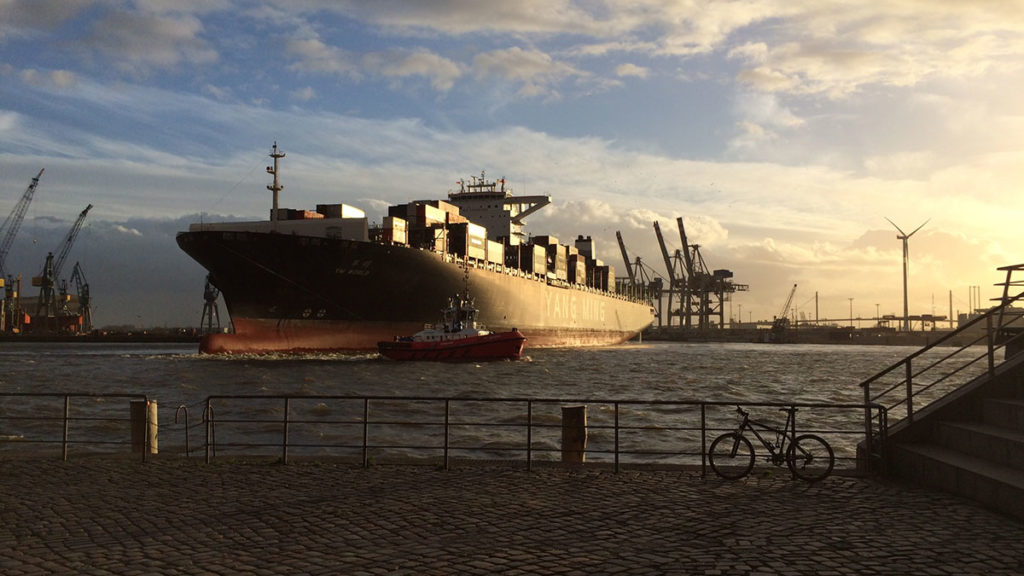 Wendemanöver im Hamburger Hafen