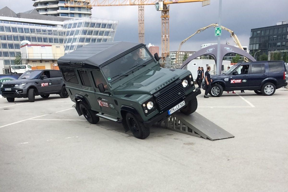 Nebenbei wurde man von erfahrene Fahrern auch noch über einen Geländeparcour gefahren