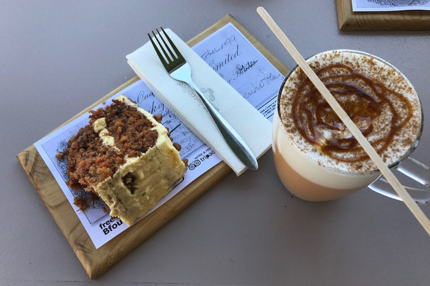 Lecker Möhrenkuchen und Kaffee im Beans about Coffee
