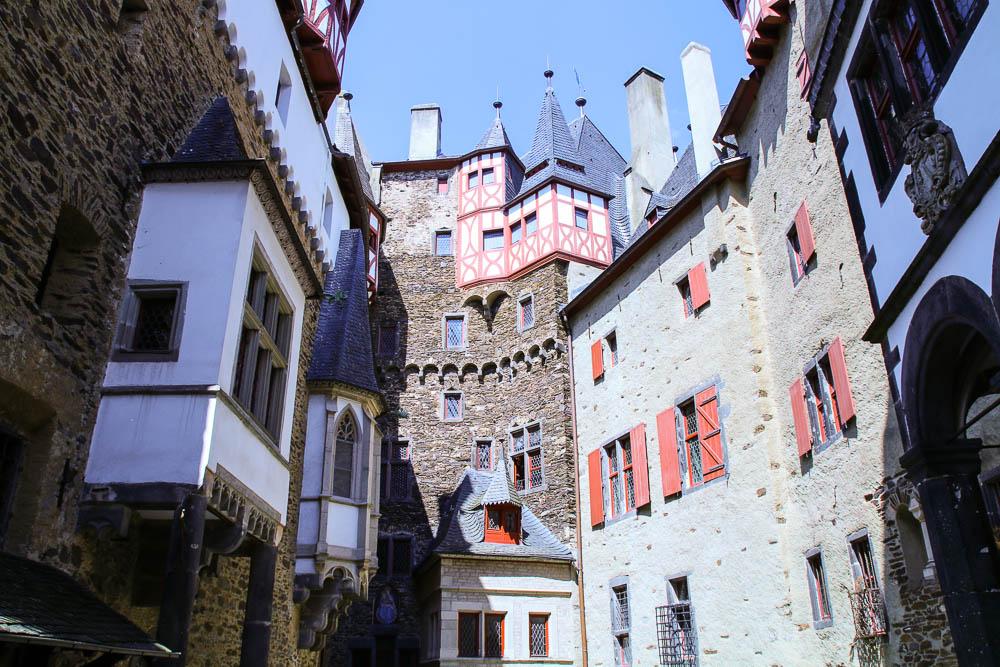 Der Innenhof von Burg Eltz
