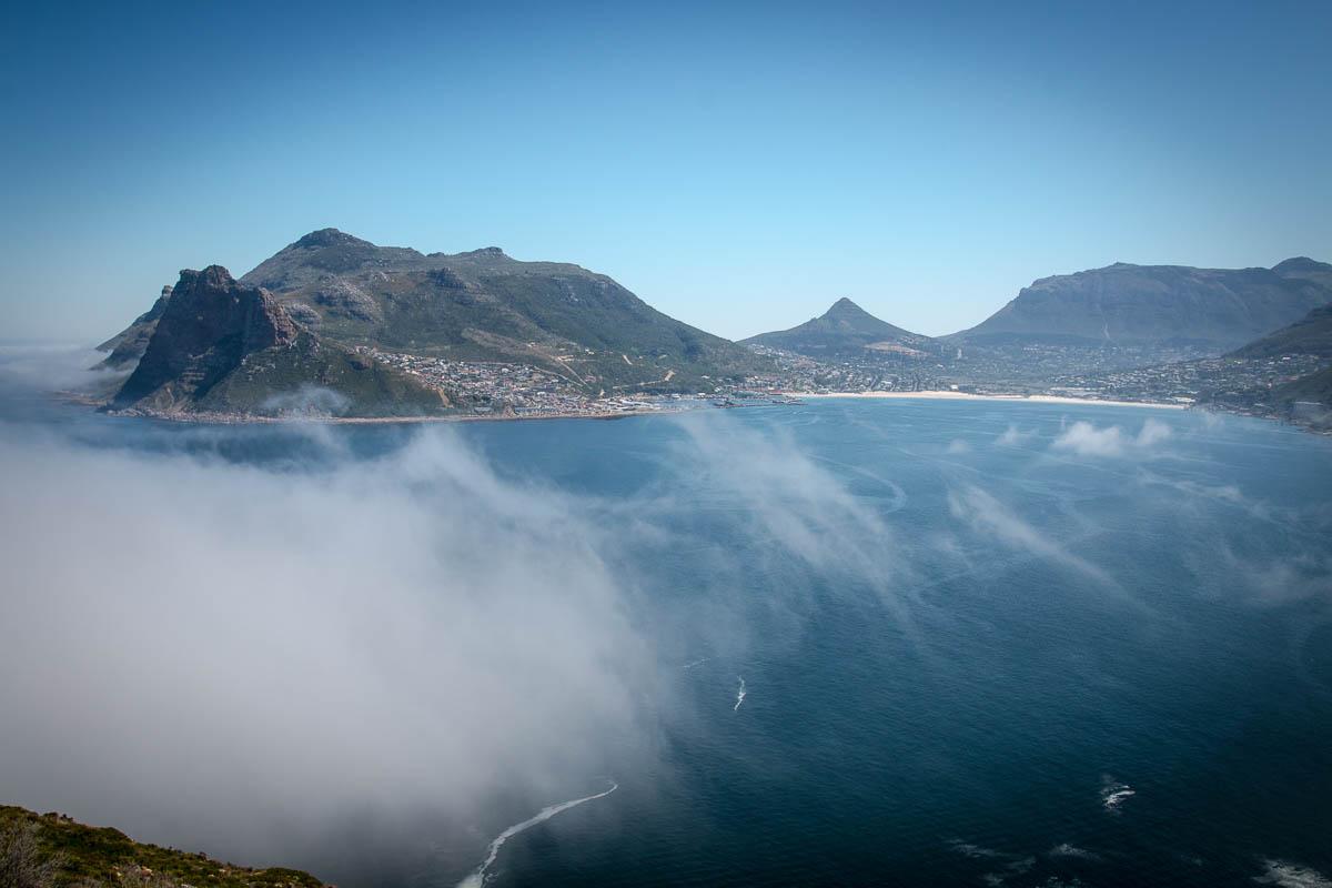 Die Wolke zieht in die Bucht von Hout Bay