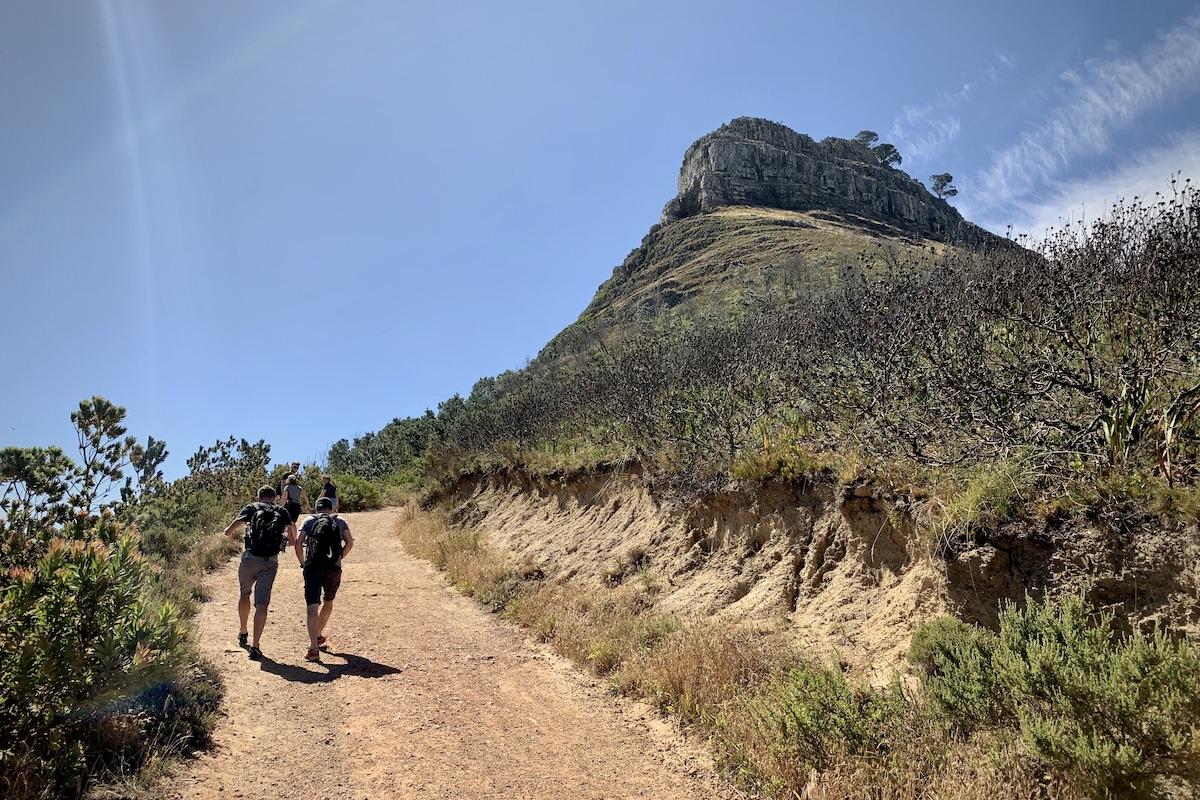 Am Anfang sieht der Weg auf den Lions Head in Kapstadt einfach aus.
