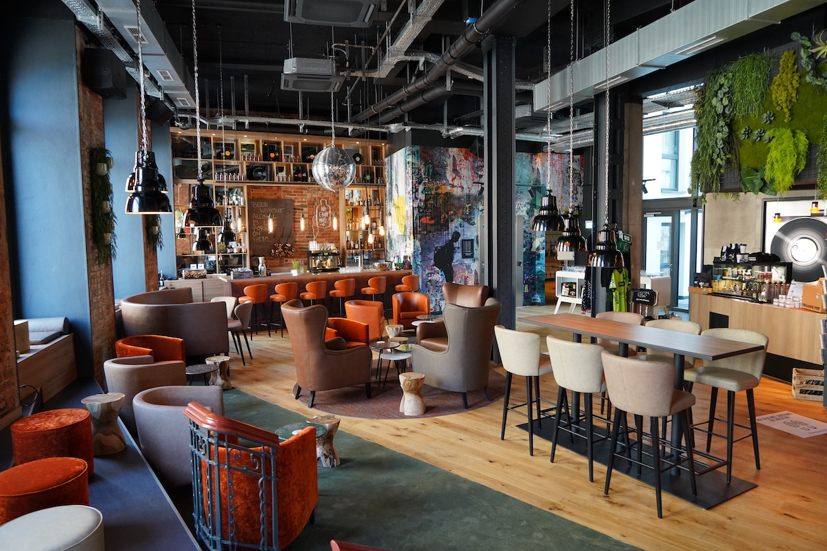 Die Lobby/Bar des me and all Hotel Hannover